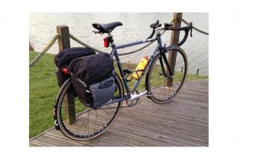 Bicicleta equipada con las alforjas Altura