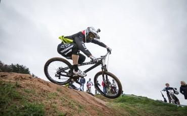 Claire Buchar pedaleando en su bicicleta de montaña