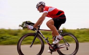 Empleado de Wiggle Richard Pearman pedaleando en su bicicleta de carretera