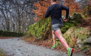 Cinta kinesiológica para corredores y ciclistas: póntela solo de forma sencilla