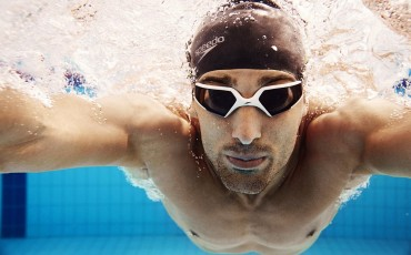 Underwater image of a swimmer facing the camera