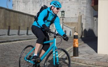 Imagen de un hombre en bicicleta de camino al trabajo
