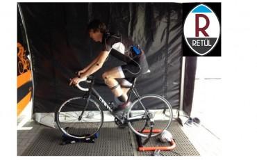 Un ciclista en posición para realizar el ajuste de posiciconamiento ciclista Retül