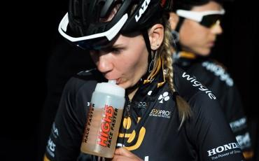 Ciclista del equipo profesional femenino Wiggle High5 bebiendo por un bidón High5