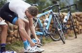Imagen de un ciclista con ropa dhb colocándose las zapatillas